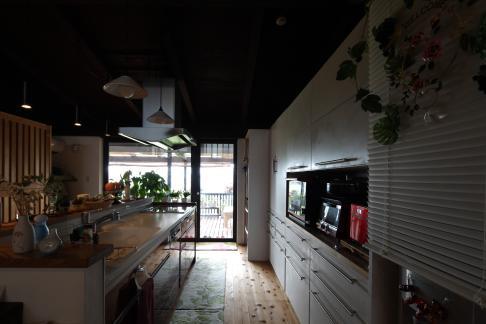 『厚木の家』個性あふれるアットホームな住まいの部屋 ベランダより光の入るキッチン