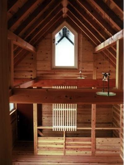 『七里ガ浜の家』木に包まれた住まいの部屋 木に包まれた大空間