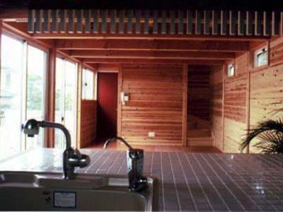 『七里ガ浜の家』木に包まれた住まい (キッチンからの眺め)
