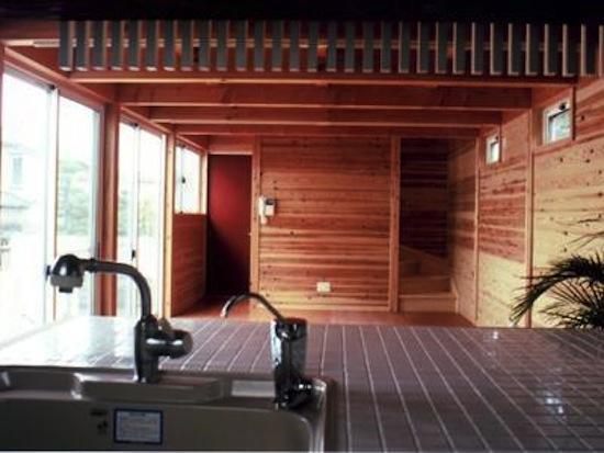 『七里ガ浜の家』木に包まれた住まいの部屋 キッチンからの眺め
