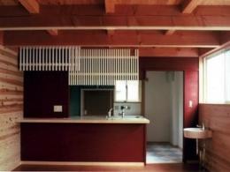 『七里ガ浜の家』木に包まれた住まい (半独立型キッチン)