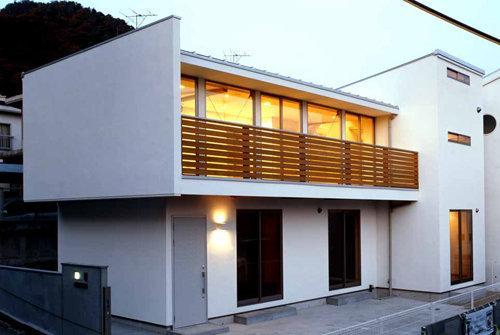 夜景のきれいな家の部屋 白い外観-夕景