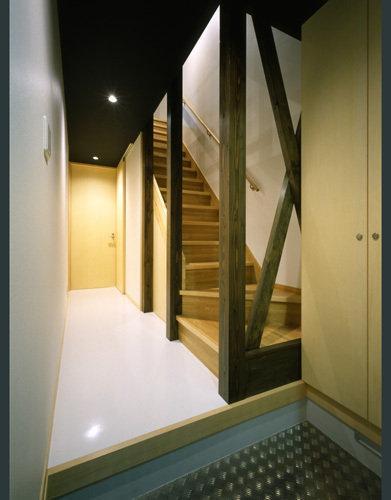モノトーンの家の写真 クールな玄関ホール