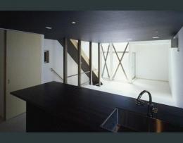 モノトーンの家 (黒の対面式キッチン)
