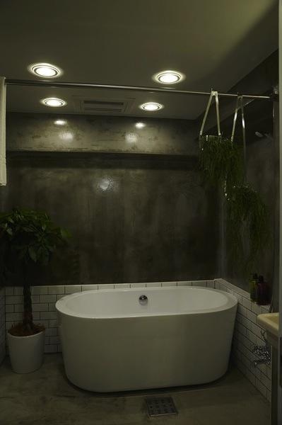 無骨リッチの写真 置き型バスタブのあるクールな浴室-1