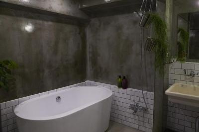 置き型バスタブのあるクールな浴室-2 (無骨リッチ)