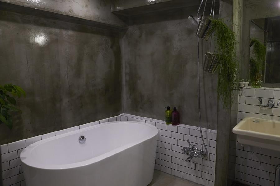 無骨リッチの写真 置き型バスタブのあるクールな浴室-2