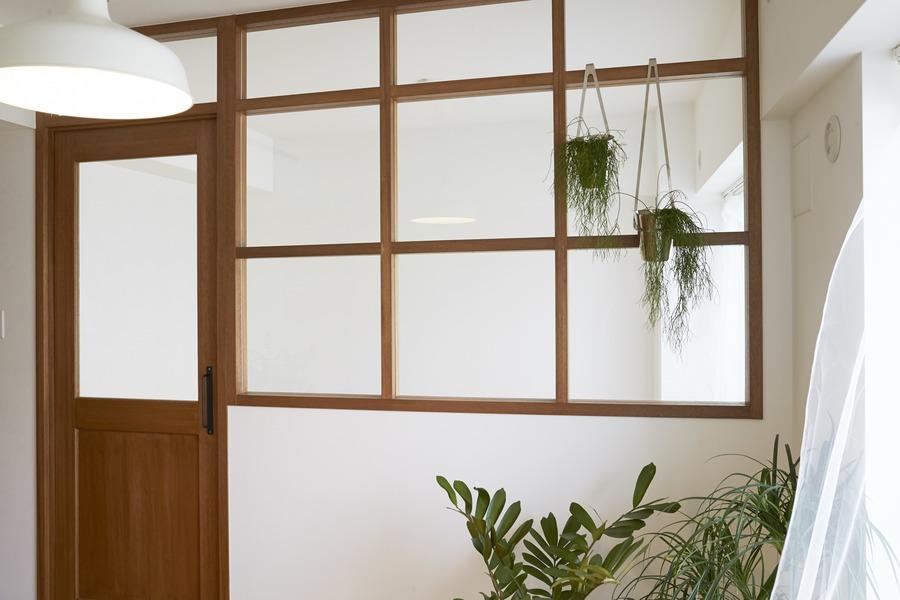 無骨リッチの写真 寝室入口・室内窓