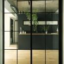アンティーク&グリーンの写真 LDK入口–黒格子のガラス扉