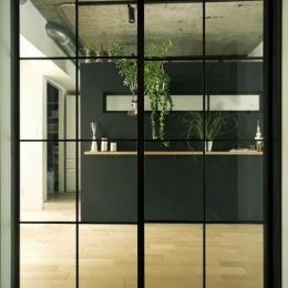 LDK入口–黒格子のガラス扉