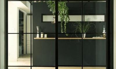 アンティーク&グリーン (LDK入口–黒格子のガラス扉)
