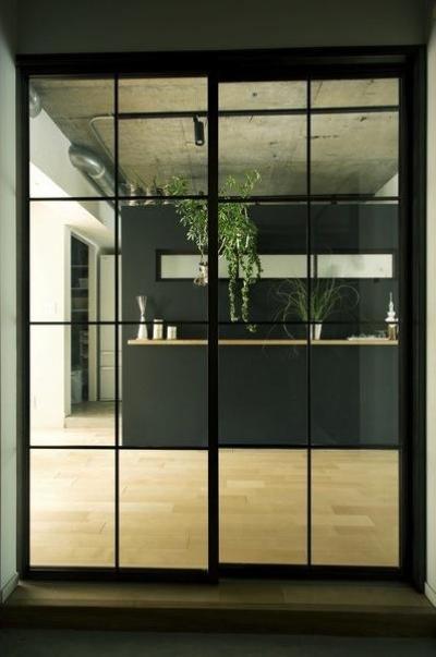 LDK入口–黒格子のガラス扉 (アンティーク&グリーン)