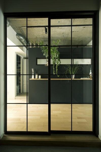 アンティーク&グリーンの部屋 LDK入口–黒格子のガラス扉