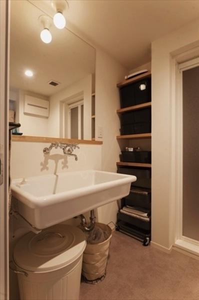アンティーク&グリーンの部屋 大きな鏡の洗面所