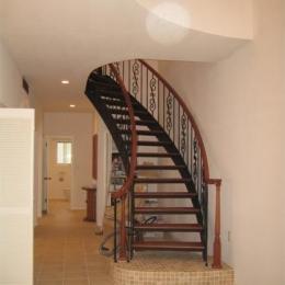玄関・ロートアイアンによる螺旋階段