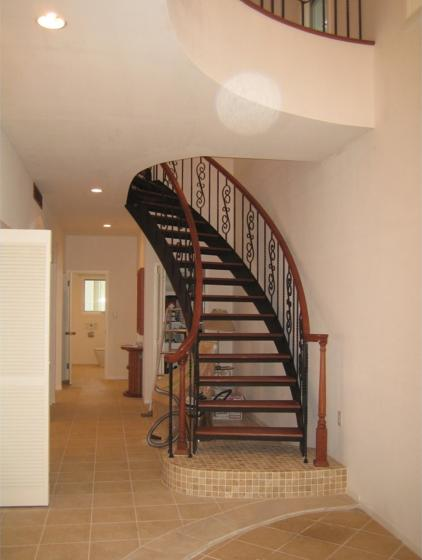 『Akiya House』海沿いの家の写真 玄関・ロートアイアンによる螺旋階段
