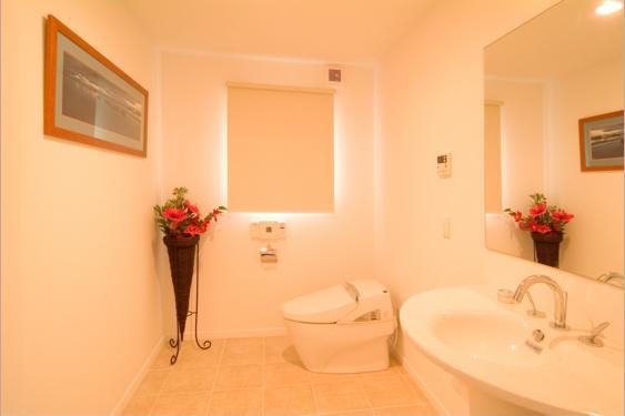 『Akiya House』海沿いの家の写真 開放的なトイレ空間