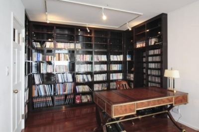 大容量本棚のある書斎 (『Akiya House』海沿いの家)