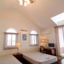 天井の高い広々ベッドルーム
