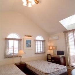 『Akiya House』海沿いの家 (天井の高い広々ベッドルーム)