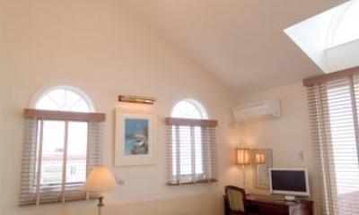 天井の高い広々ベッドルーム|『Akiya House』海沿いの家
