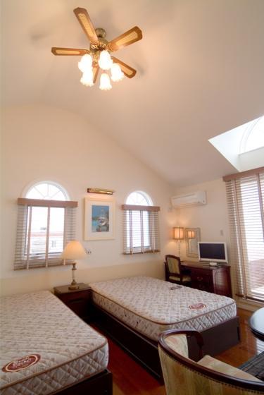 『Akiya House』海沿いの家の写真 天井の高い広々ベッドルーム