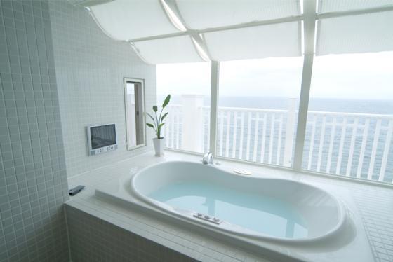 『Akiya House』海沿いの家の写真 海が見えるバスルーム