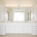 2つのシンクが並ぶ真っ白な洗面室