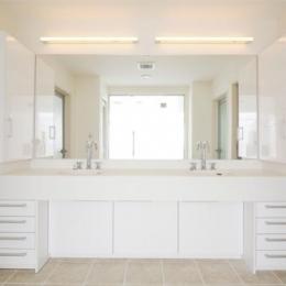 『Akiya House』海沿いの家-2つのシンクが並ぶ真っ白な洗面室