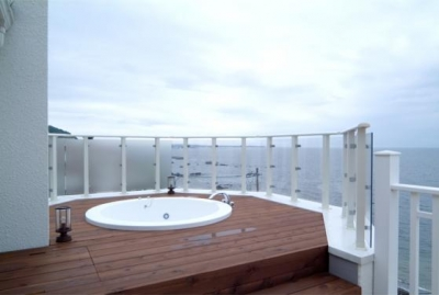 海が見える屋外ジャグジー (『Akiya House』海沿いの家)