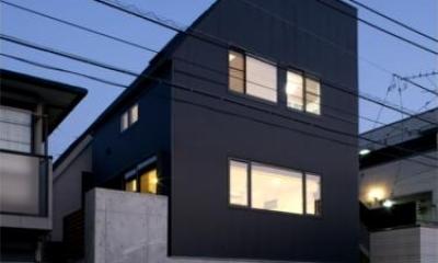『目黒の家』シンプル&クールな住まい (モノトーンの外観-夜景)