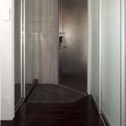 『目黒の家』シンプル&クールな住まい (クールな玄関)