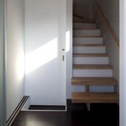 『目黒の家』シンプル&クールな住まい (洗面所入口・階段)