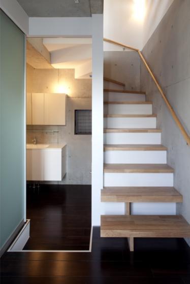 『目黒の家』シンプル&クールな住まい (洗面所入口open・階段)