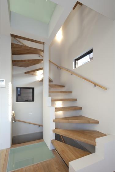 『目黒の家』シンプル&クールな住まい (木製の螺旋階段)