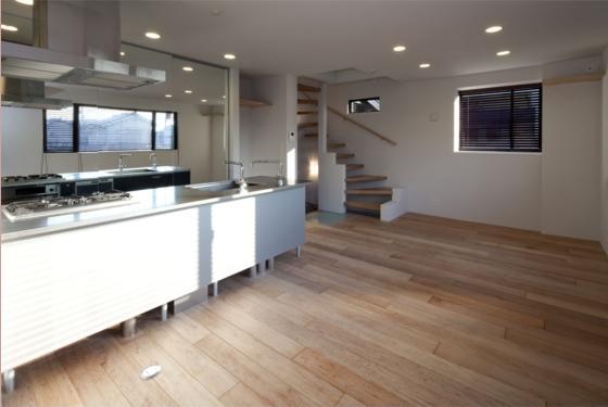 『目黒の家』シンプル&クールな住まい (優しい光の差し込むLDK-2)