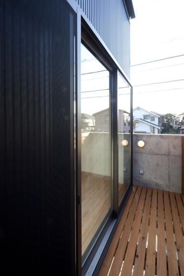 『目黒の家』シンプル&クールな住まい (開放的なバルコニー)