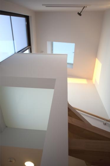 『目黒の家』シンプル&クールな住まい (トップライトのある螺旋階段)