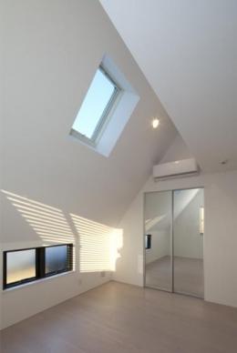 『目黒の家』シンプル&クールな住まい (トップライトのあるベッドルーム)