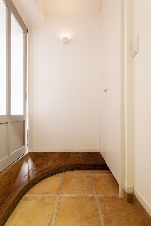 K邸・最大限の空間を確保した上質なインテリア (アール框の玄関)