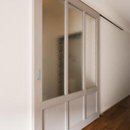 K邸・最大限の空間を確保した上質なインテリア (LDK入口-すりガラスの造作引き戸)