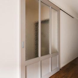 LDK入口-すりガラスの造作引き戸