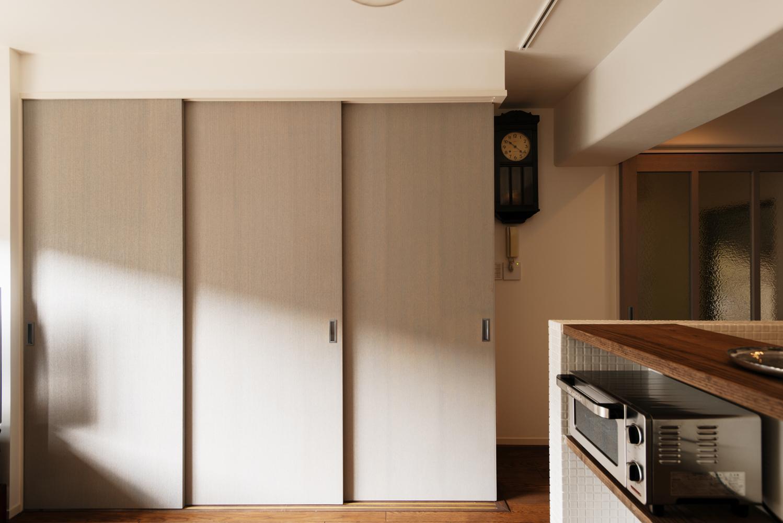 K邸・最大限の空間を確保した上質なインテリアの写真 和室とリビングを引き戸で仕切る