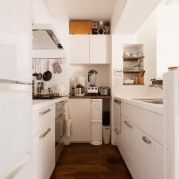 K邸・最大限の空間を確保した上質なインテリア (白基調の明るいキッチン)