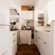 白基調の明るいキッチン (K邸・最大限の空間を確保した上質なインテリア)