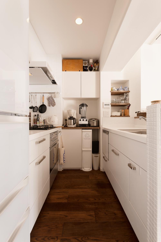 K邸・最大限の空間を確保した上質なインテリアの写真 白基調の明るいキッチン