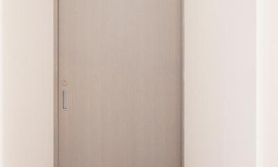 パリのアパルトマン風グレーのドア|K邸・最大限の空間を確保した上質なインテリア