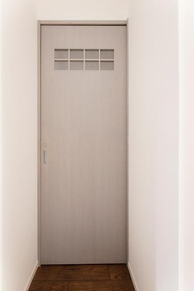 パリのアパルトマン風グレーのドア (K邸・最大限の空間を確保した上質なインテリア)