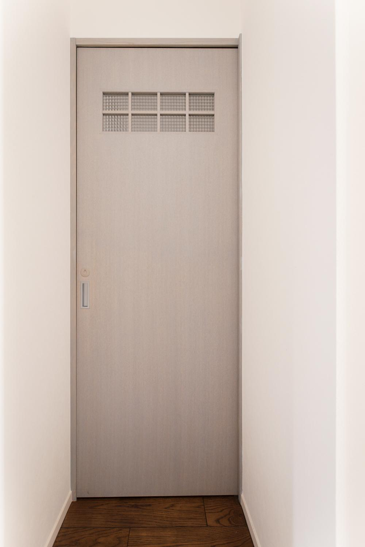 K邸・最大限の空間を確保した上質なインテリア (パリのアパルトマン風グレーのドア)