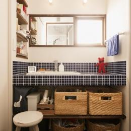 K邸・最大限の空間を確保した上質なインテリア (ブルータイルを使った明るい洗面室)